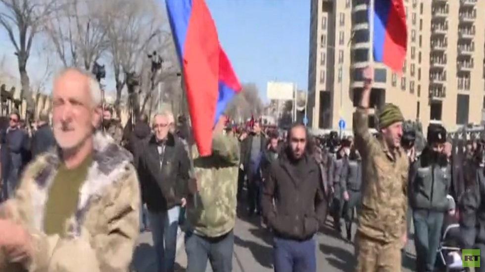 رئيس أرمينيا يبحث الأزمة مع القوى السياسية