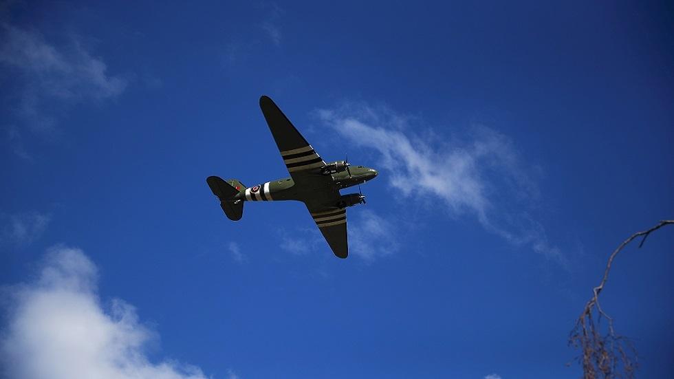 بريطانيا تودع الكابتن توم بطائرة من الحرب العالمية الثانية! (صور)