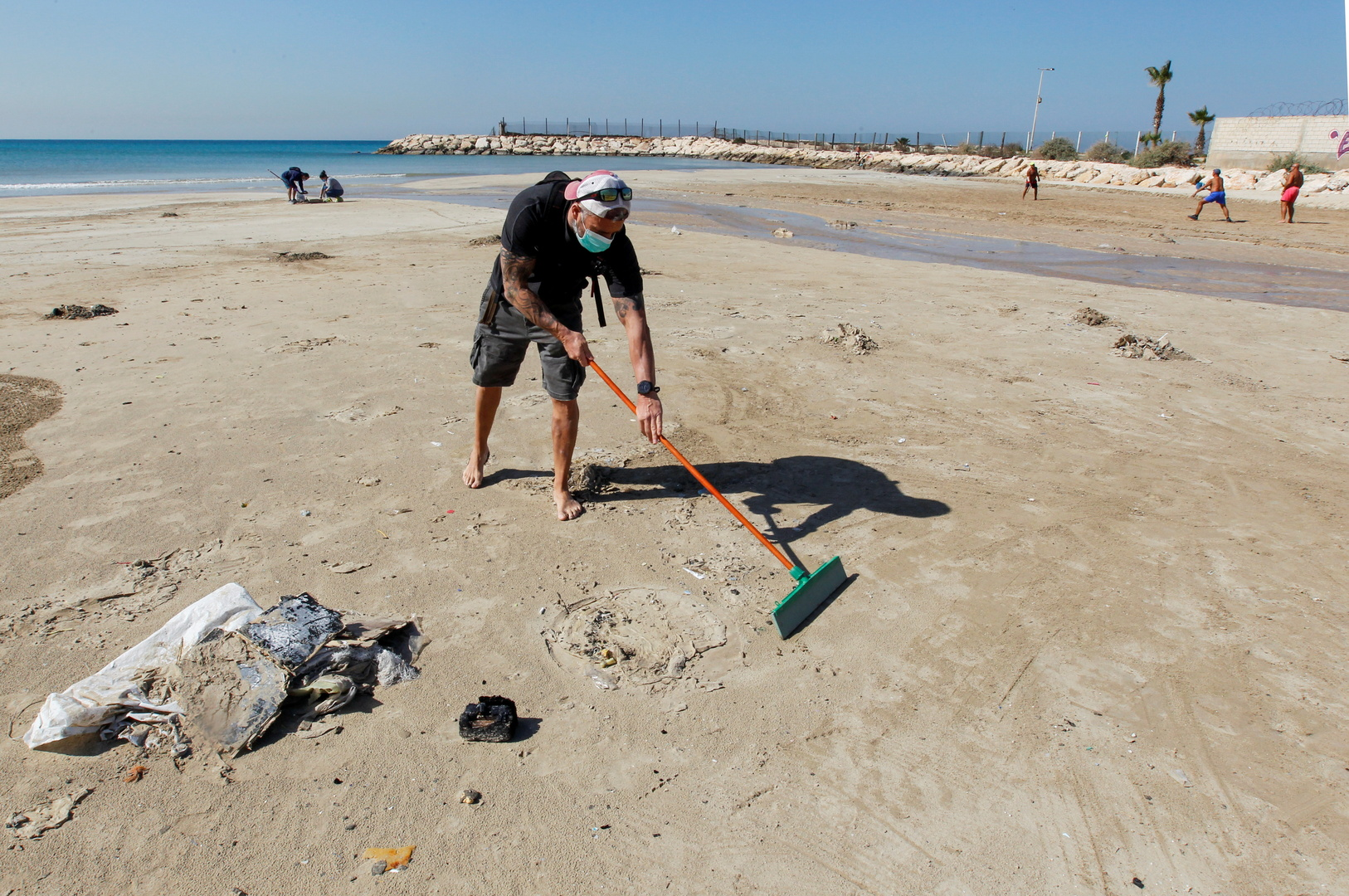 Lebanese MP: The amount of tar that spread on the beaches coming from Israel is estimated at 2 tons