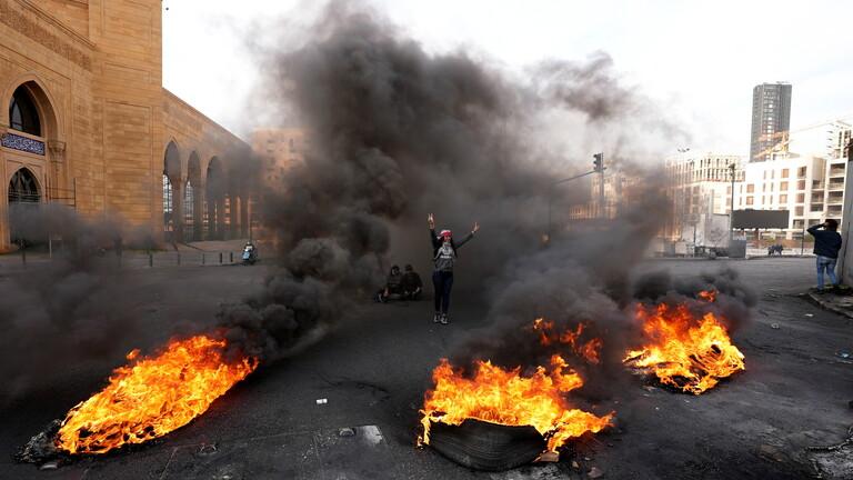 لبنان.. المتظاهرون يواصلون قطع الطرقات بالإطارات المشتعلة احتجاجا على الأوضاع المعيشية