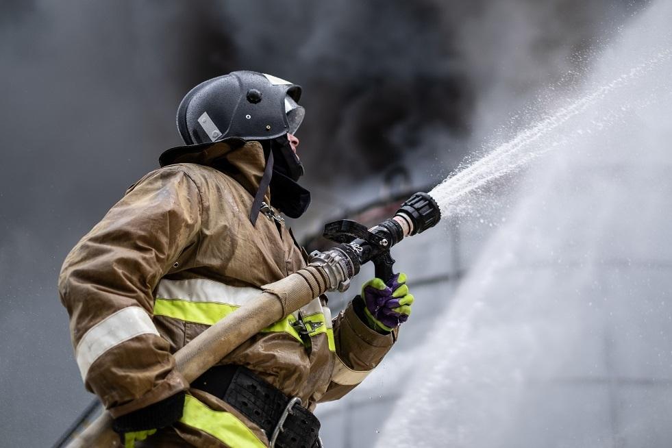 السيطرة على حريق داخل مستودع قرب موسكو