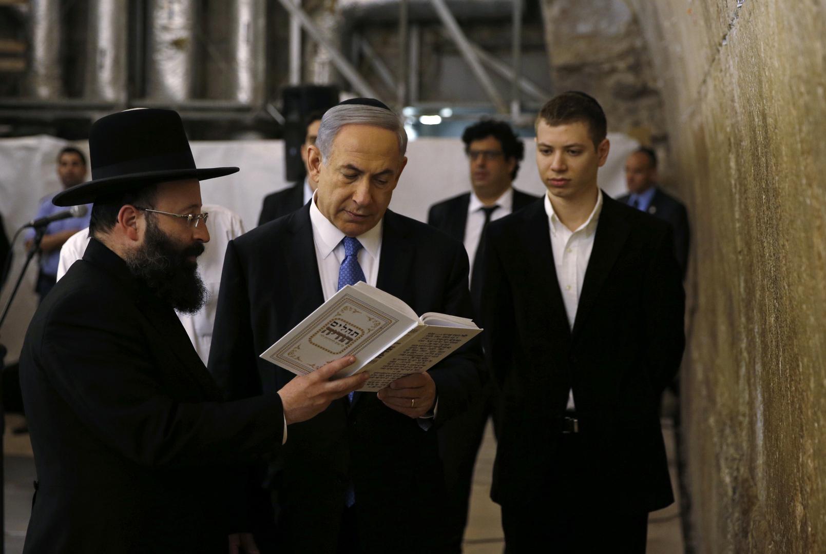 رئيس الوزراء، بنيامين نتنياهو وابنه يائير على يساره