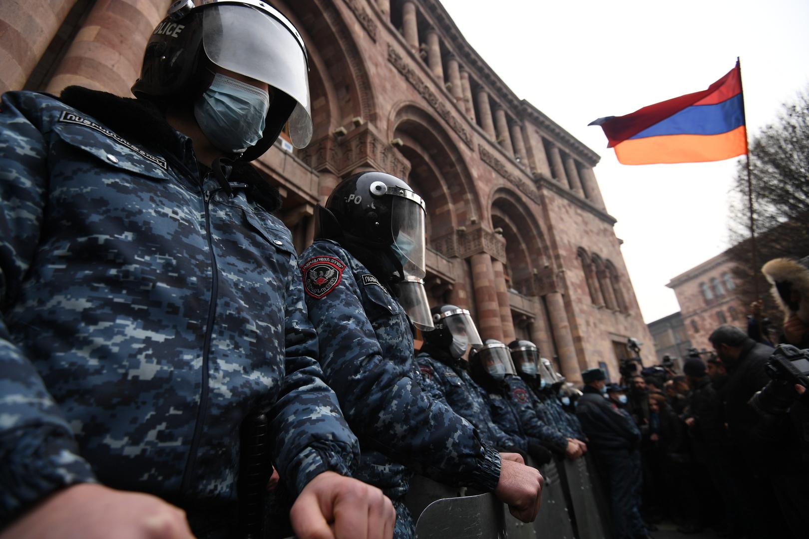حشد من معارضي رئيس وزراء أرمينيا يقتحمون مبنى حكوميا حيث يقع عدد من الوزارات