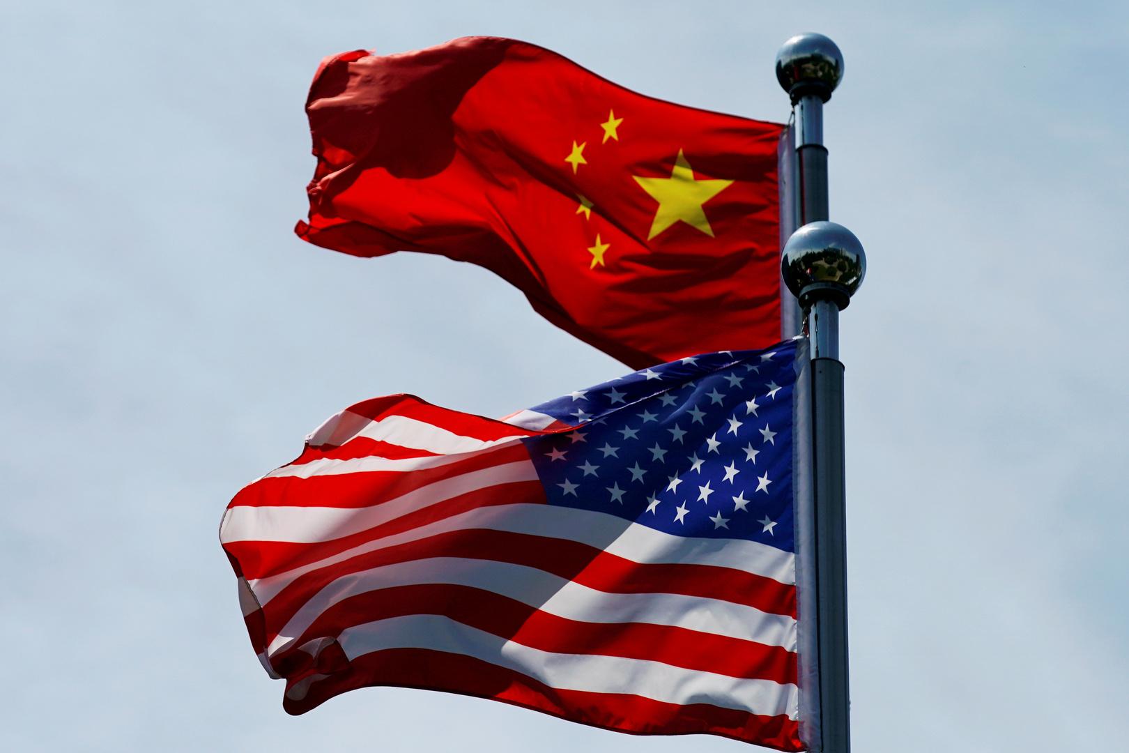 العلم الصيني والعلم الأمريكي