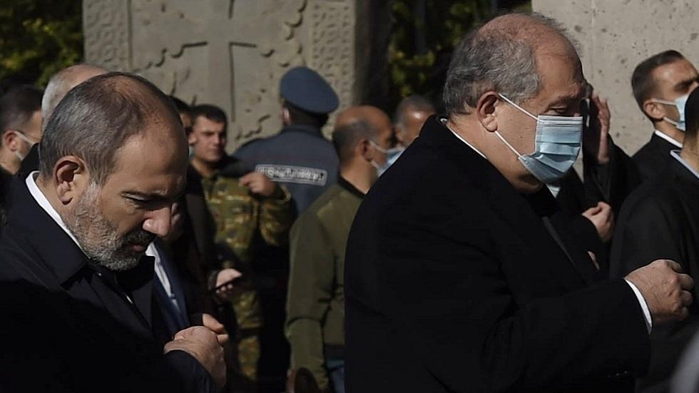 الرئيس الأرمني أرمين سرغسيان (في اليمين) ورئيس الحكومى نيكول باشينيان (صورة أرشيفية)