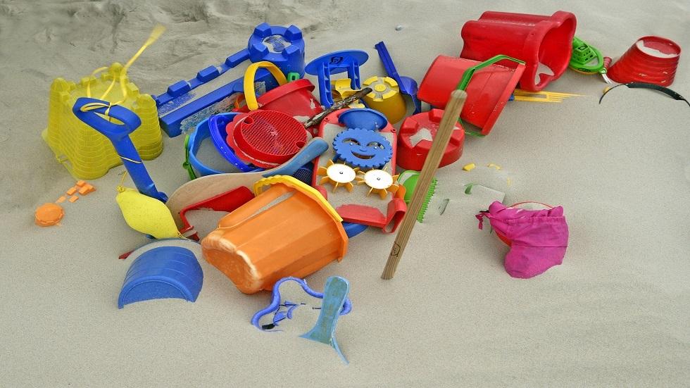 دراسة شاملة تكشف وجود أكثر من 100 مادة ضارة في لعب الأطفال البلاستيكية