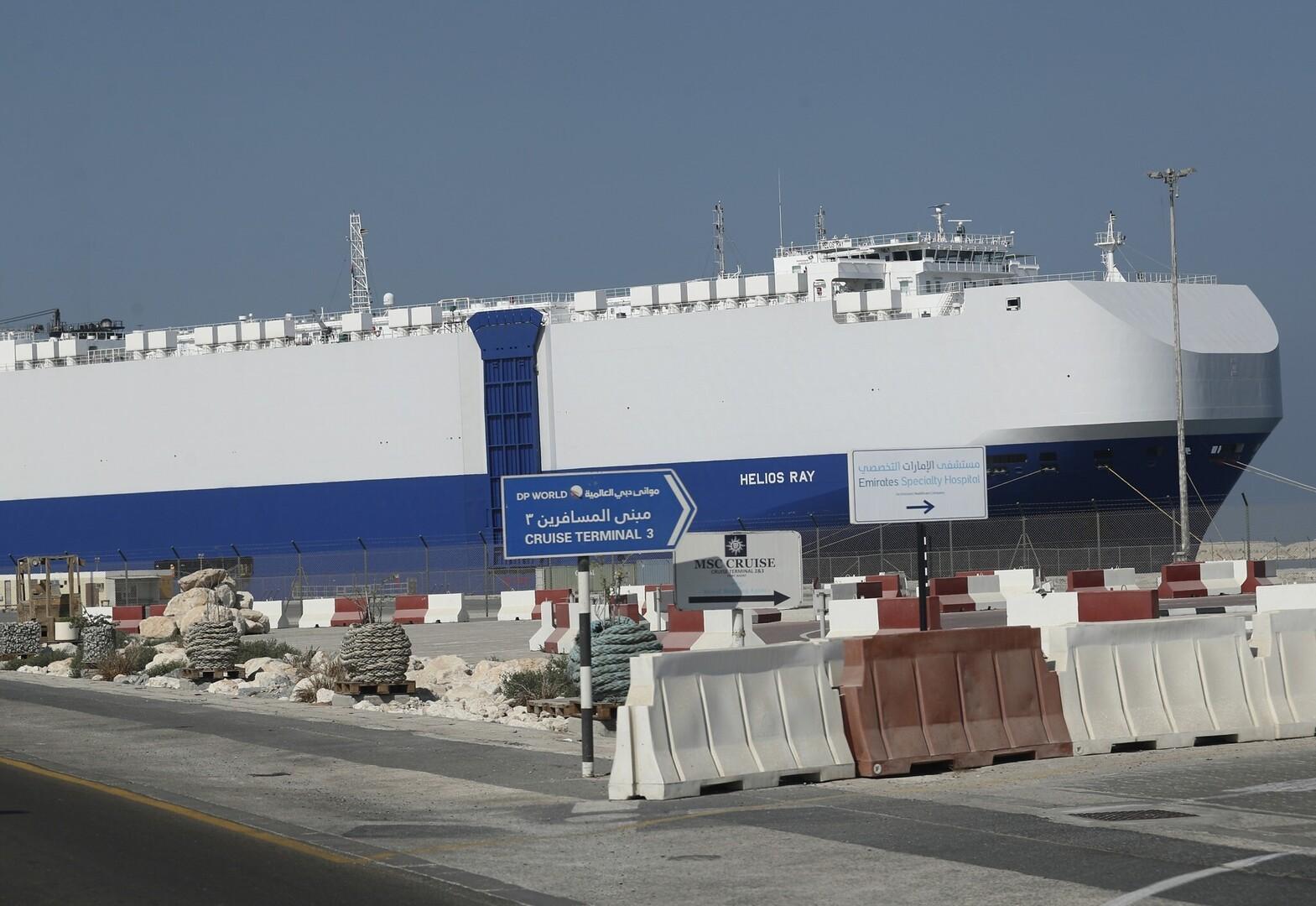 السفينة المتضررة جراء انفجار في خليج عمان تغادر دبي وتعبر هرمز مجددا