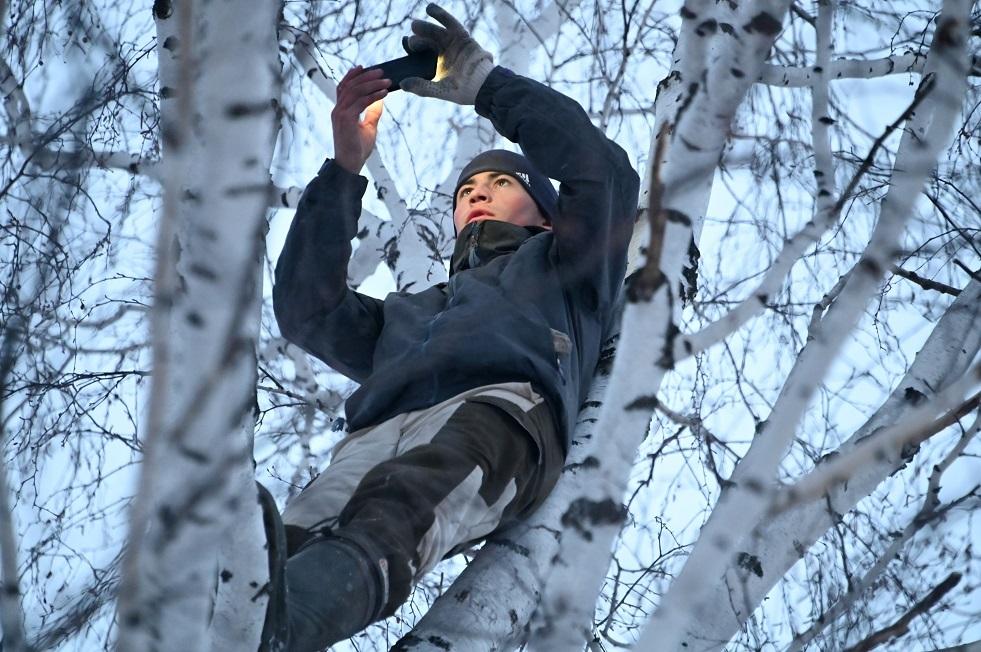روسيا.. تركيب برج إنترنت في قرية بسيبيريا لمساعدة طالب على الدراسة عن بعد