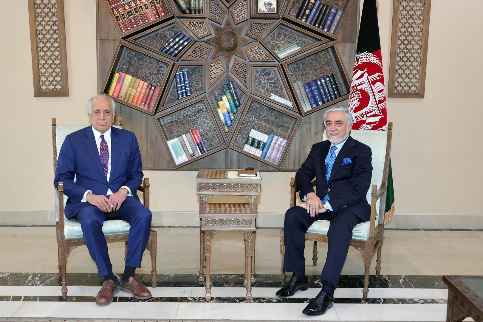 لقاء المبعوث الأمريكي الخاص إلى أفغانستان زلماي خليل زاد (على اليسار) مع رئيس المجلس الأعلى للمصالحة الوطنية عبد الله عبد الله