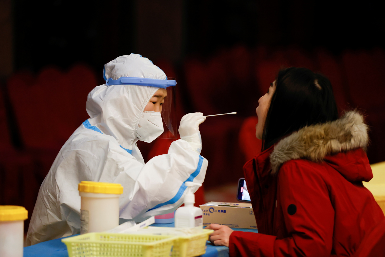 الصين تلزم جميع القادمين إليها بالمسحة الشرجية لأنها الأدق في الكشف عن كورونا!