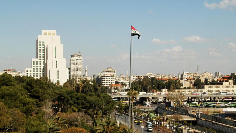 علم سوريا وسط دمشق.