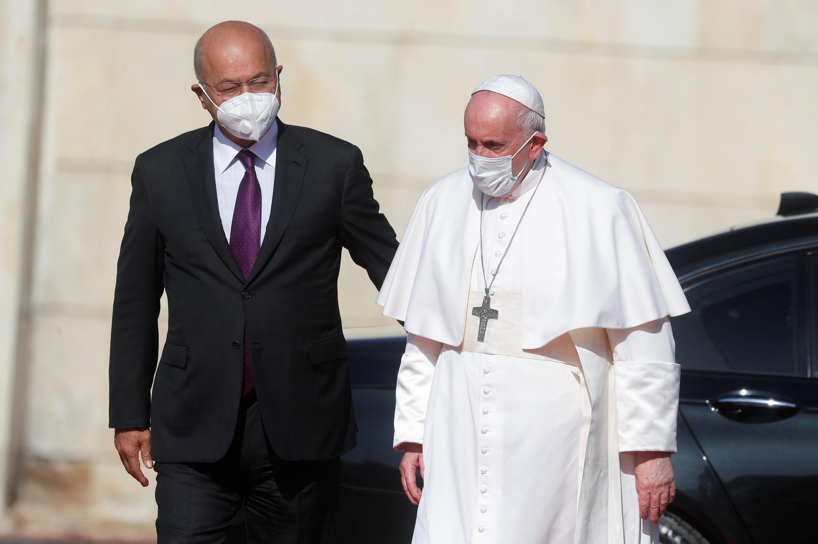 الرئيس العراقي برهم صالح يستقبل البابا فرنسيس في القصر الرئاسي خلال جولته التاريخية في بغداد