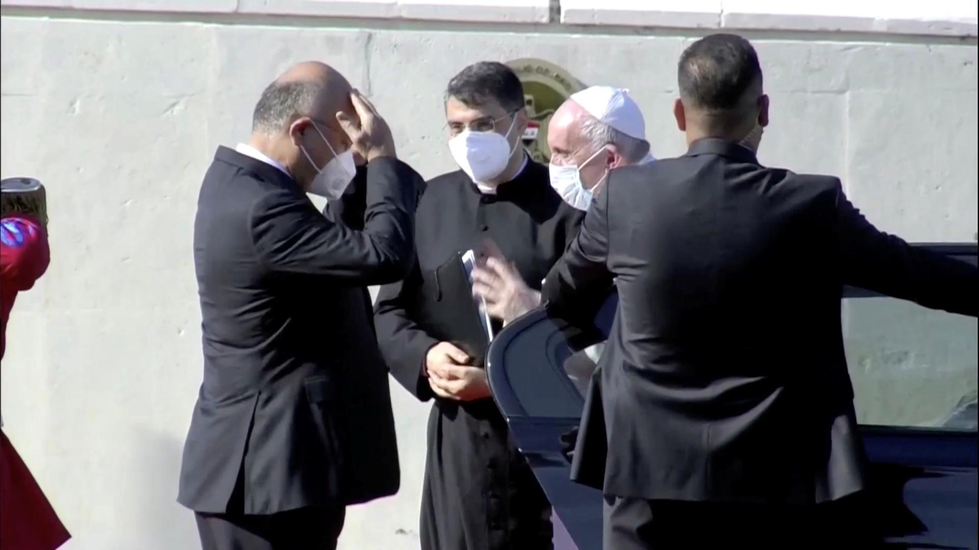 البابا فرنسيس يصل قصر بغداد ويلتقي الرئيس العراقي