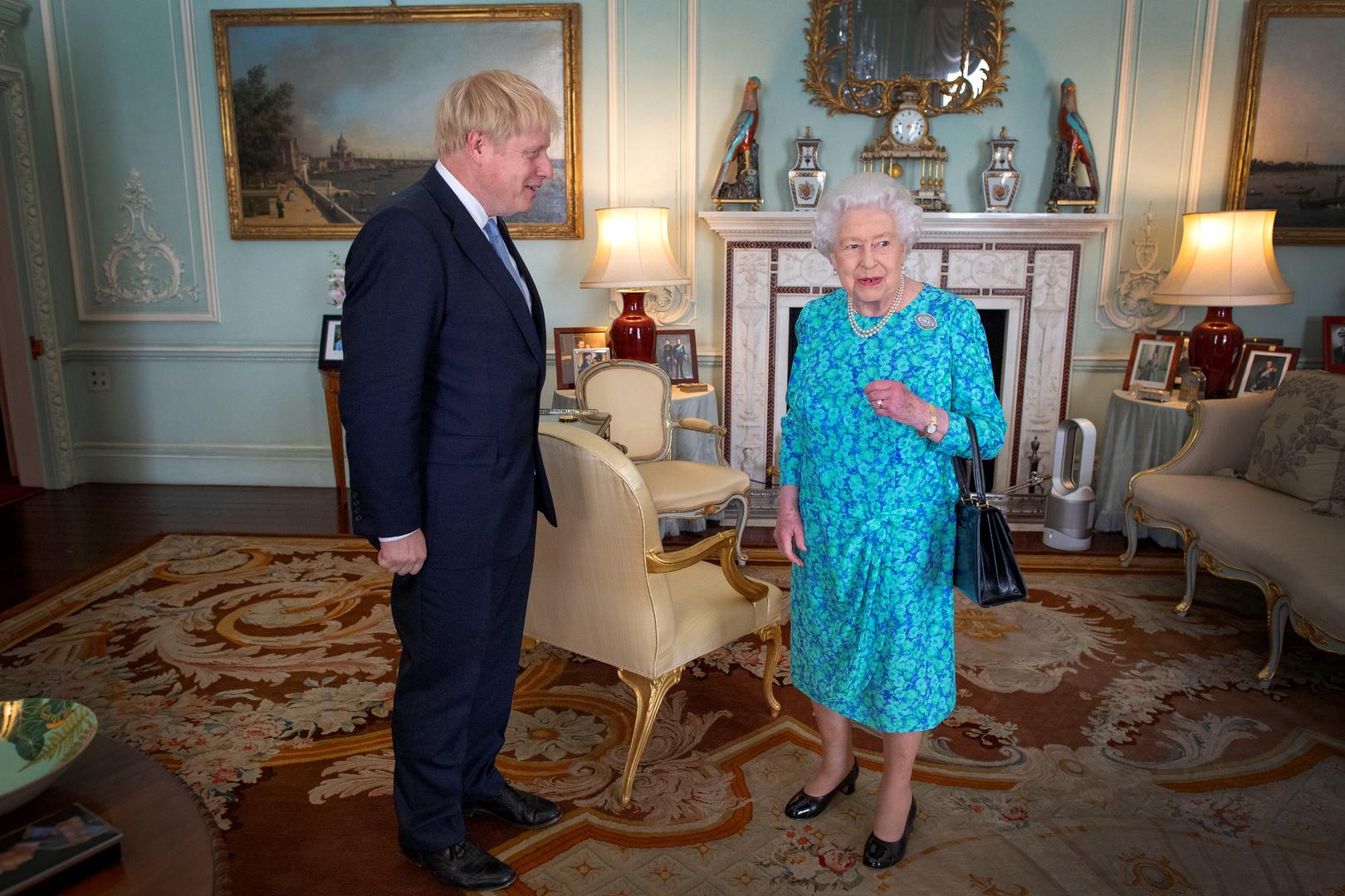 الملكة البريطانية، إليزابيث الثانية، ورئيس الوزراء البريطاني، بوريس جونسون.