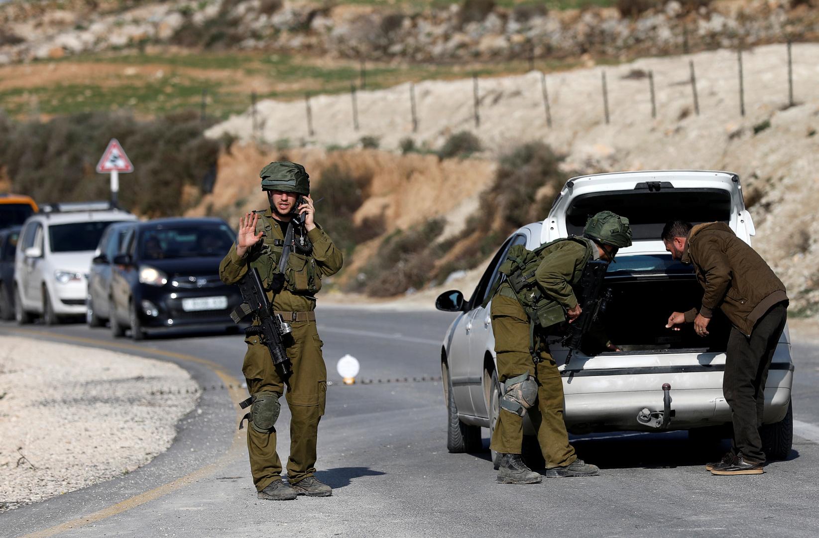 الجيش الإسرائيلي يطلق النار على فلسطيني بزعم طعنه أحد الجنود