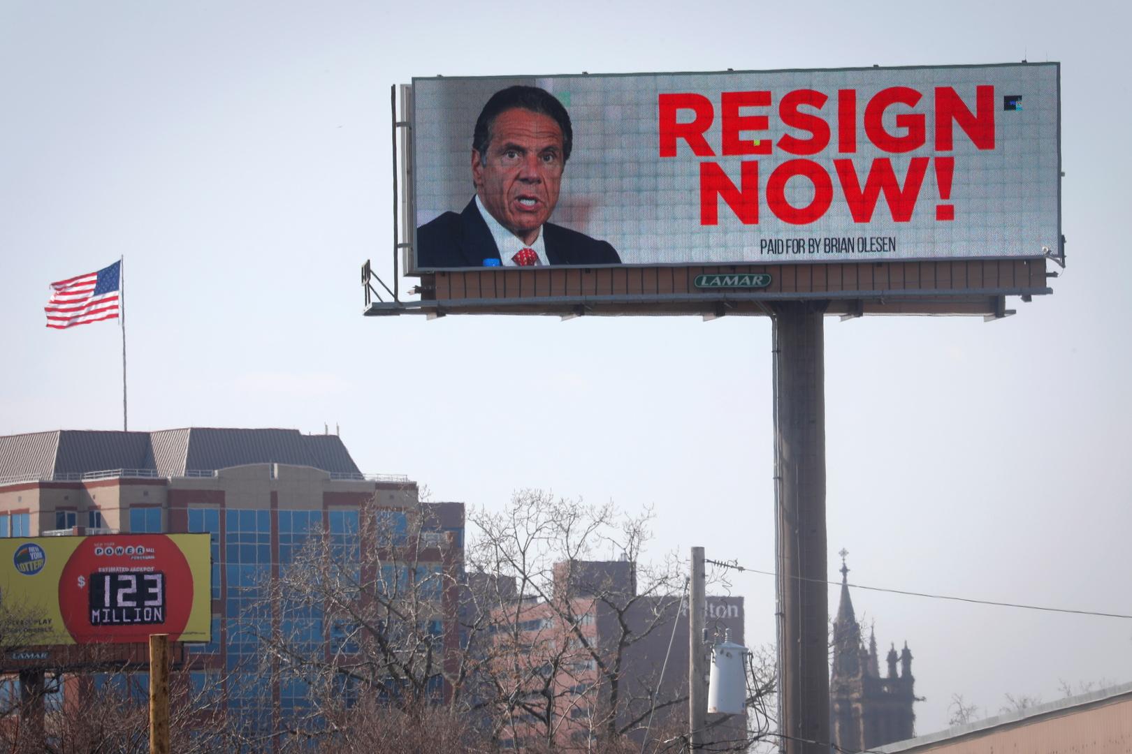 لوحة إعلانات إلكترونية توجه رسالة لحاكم نيويورك كومو