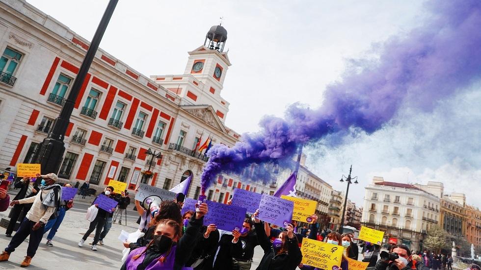 إسبانيا.. مشاجرة نسائية أثناء مسيرة بمناسبة