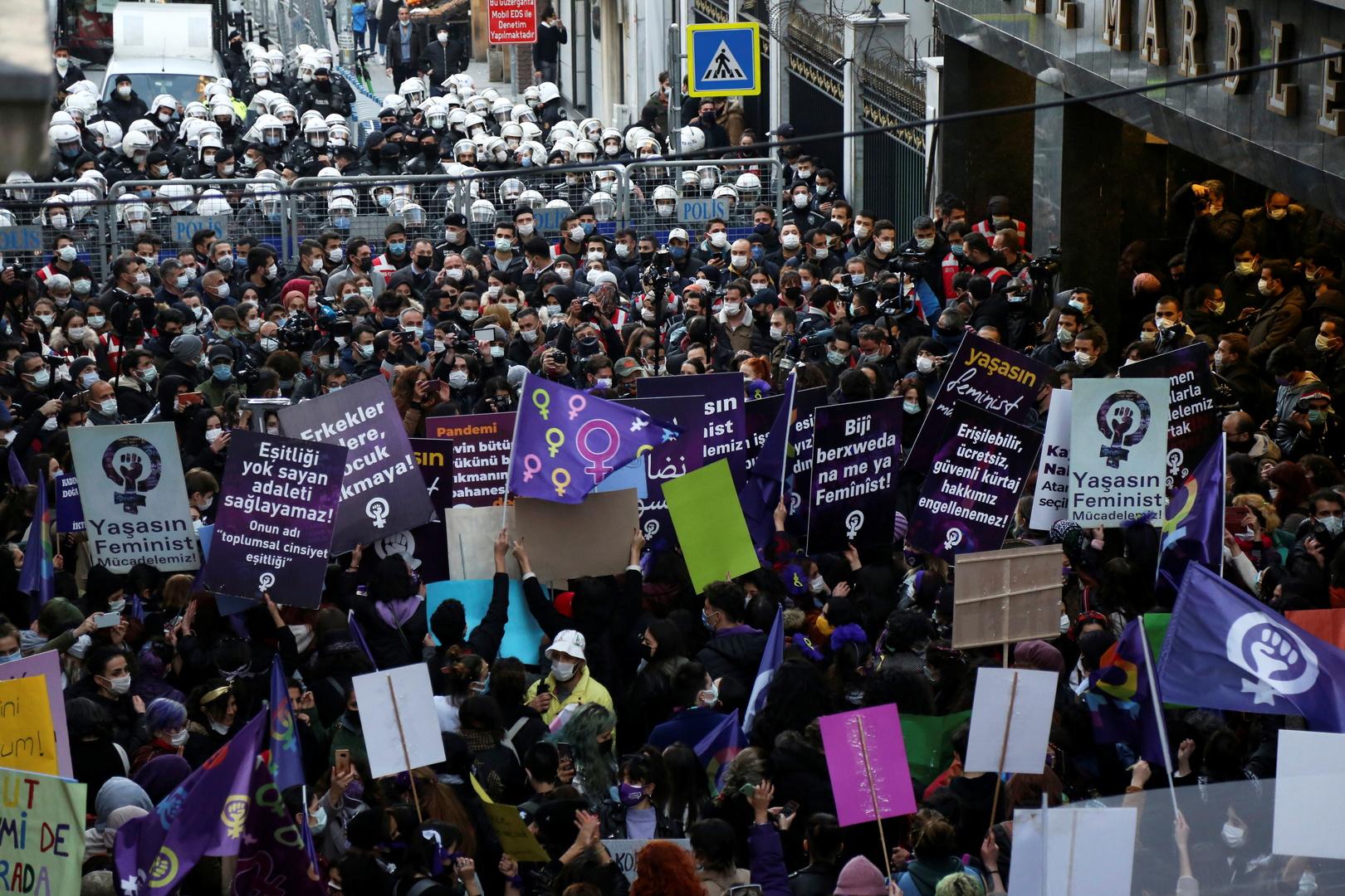 مشاهد جريئة خلال مظاهرات نسائية في اسطنبول تثير ضجة (صور)