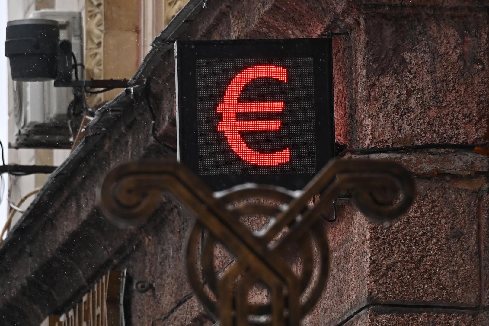 للمرة الأولى منذ سبتمبر الماضي.. اليورو يهبط إلى دون مستوى 88 روبلا