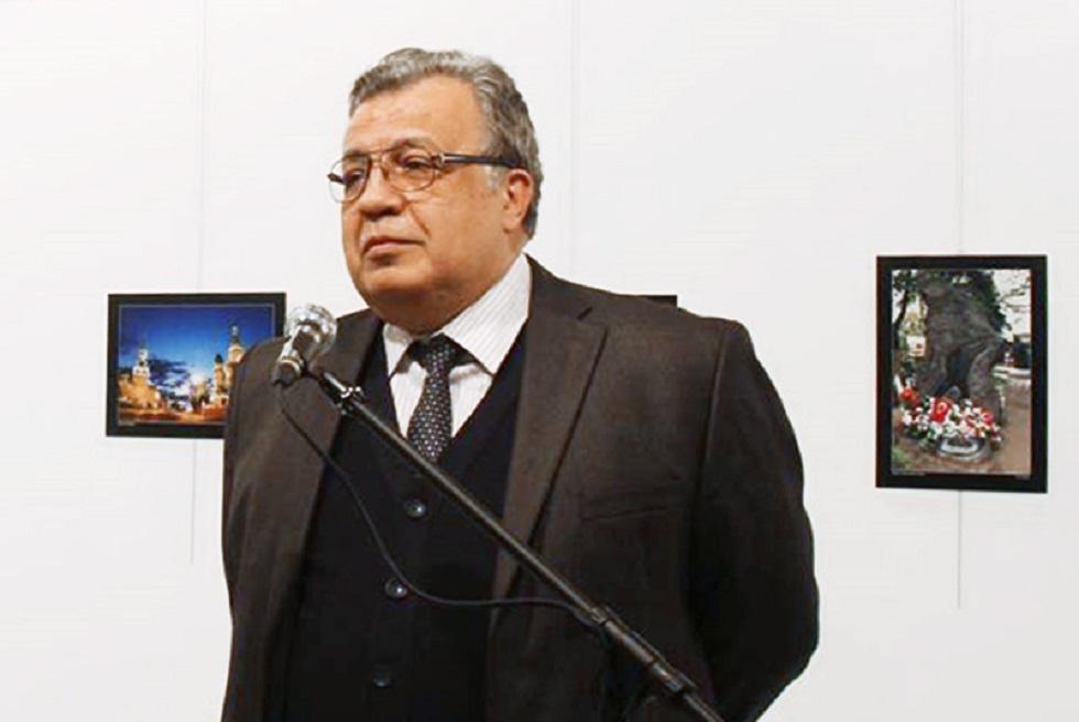 السفير الروسي الراحل لدى تركيا، أندريه كارلوف، قبل لحظات من اغتياله يوم 19 ديسمبر 2016 في مركز الفن الحديث بأنقرة.
