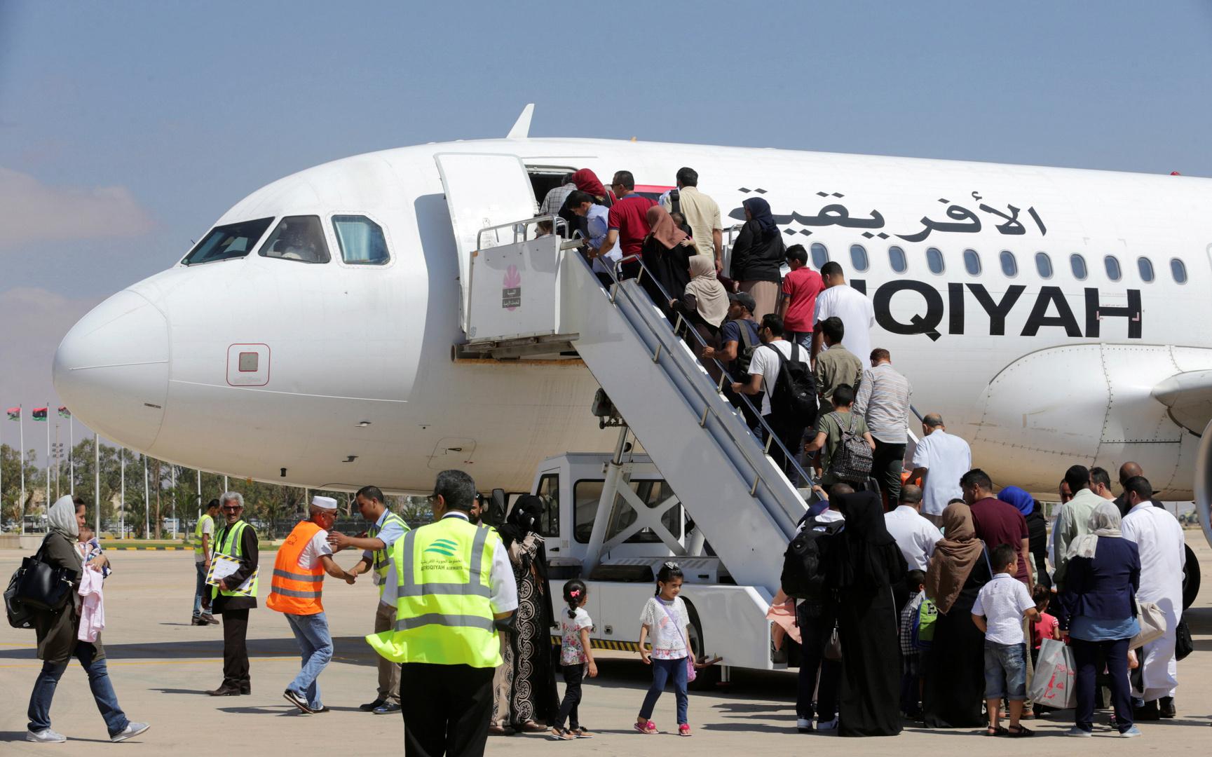 طائرة تابعة للخطوط الجزية الإفريقية في مطار بنغازي