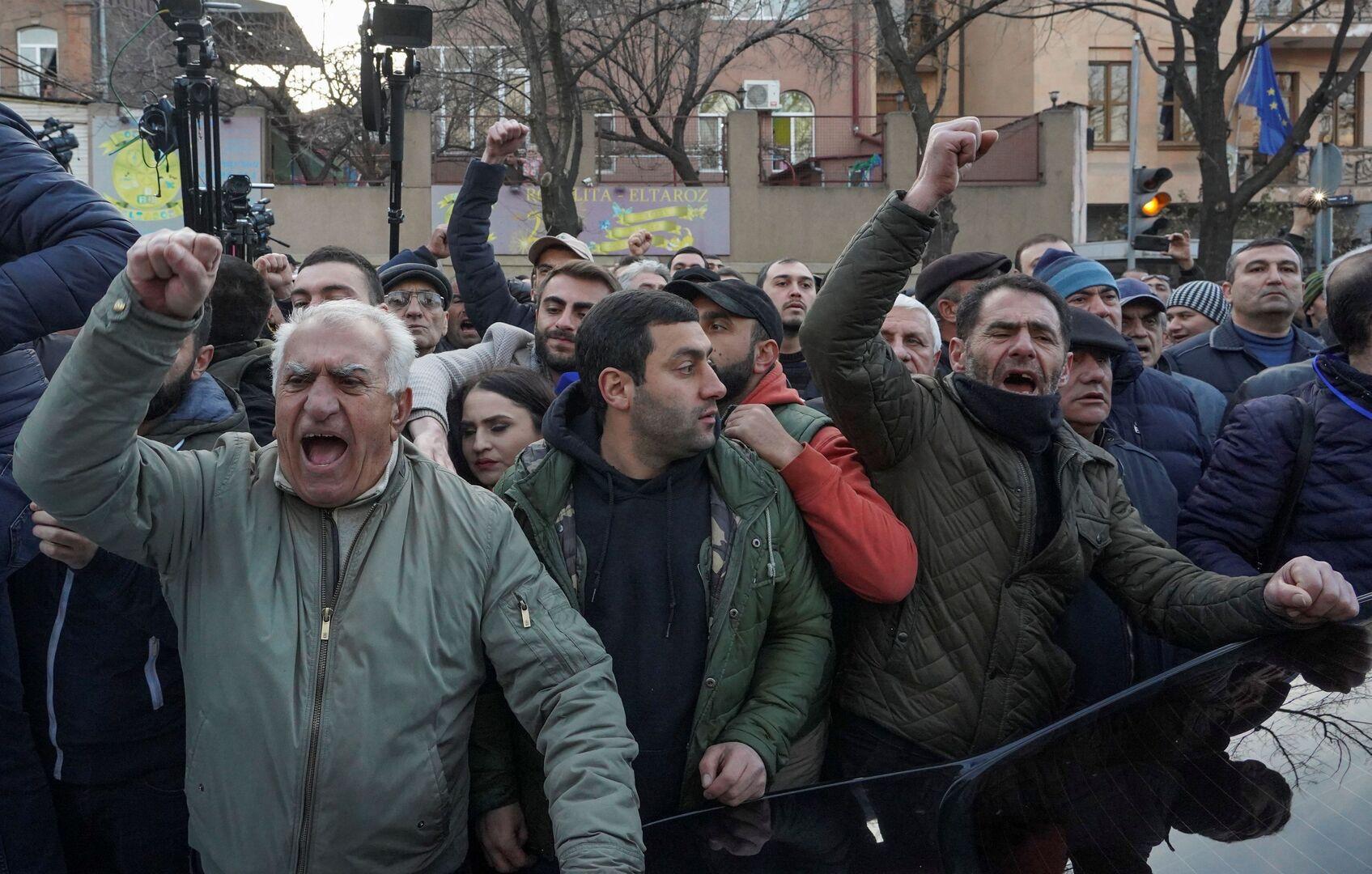 إجراءات أمنية مشددة في يريفان وتواصل الاحتجاجات المطالبة باستقالة باشينيان