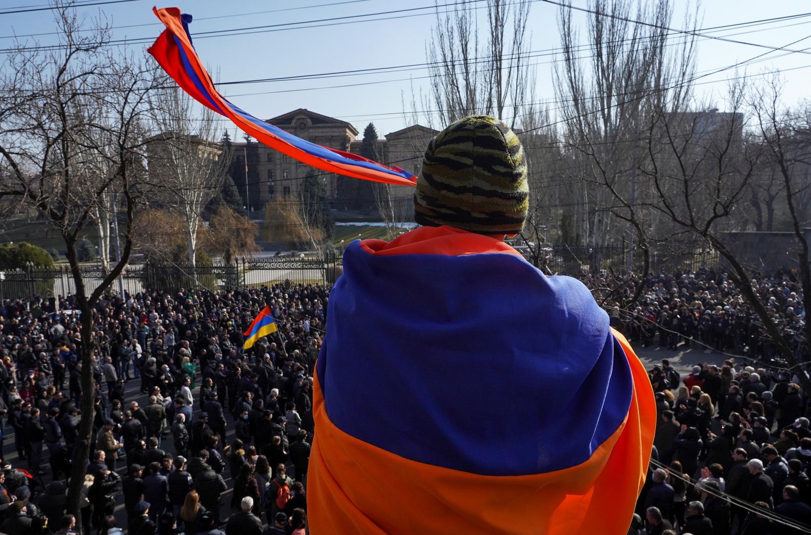 الرئيس الأرميني يطعن على قرار رئيس الوزراء باشينيان بإعفاء رئيس الأركان