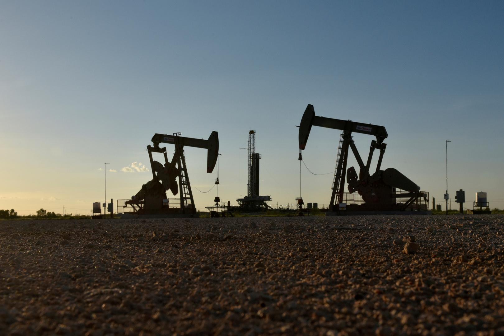 أسعار النفط تتراجع للجلسة الثالثة