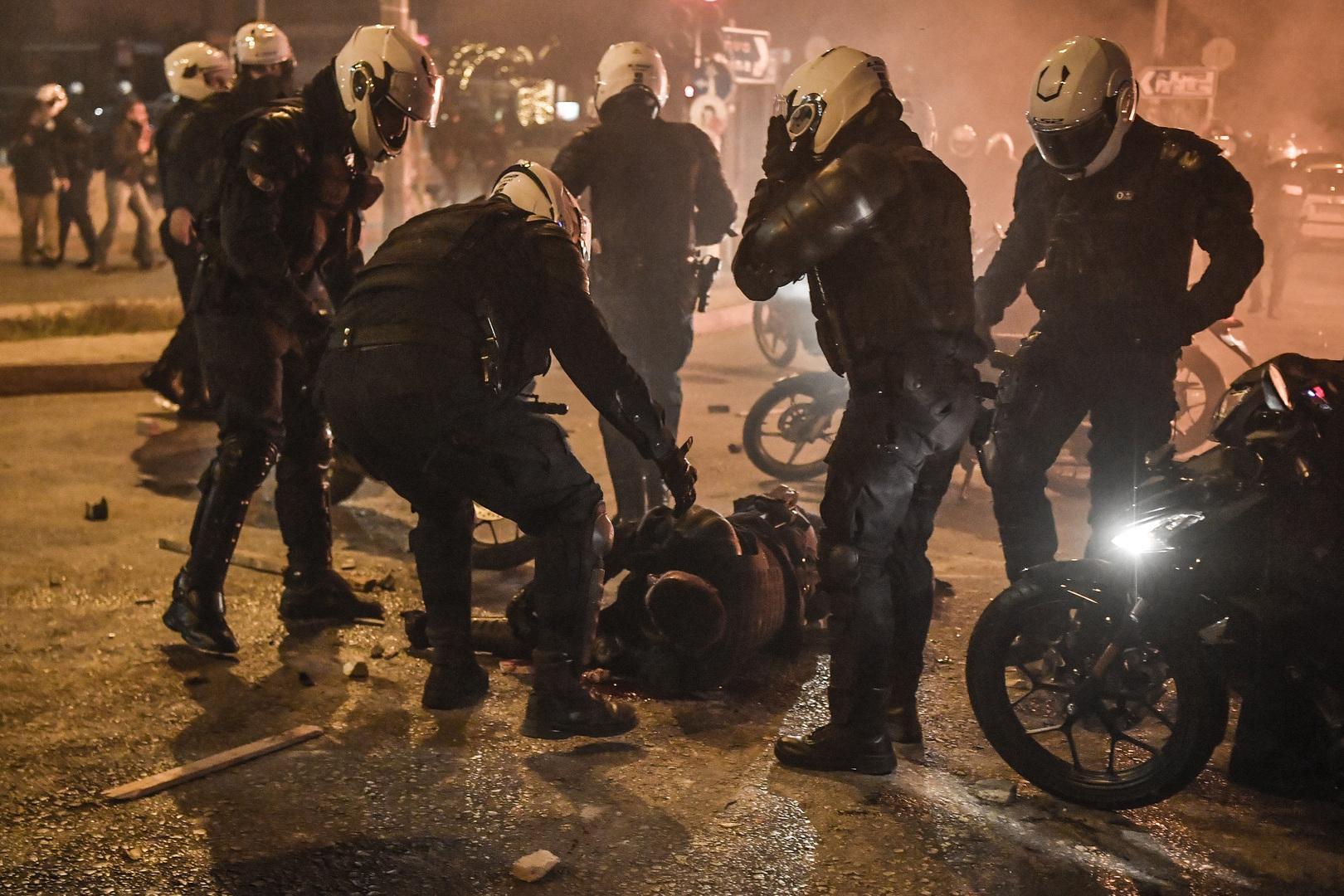 اليونان.. فصل ضابط شرطة عن العمل لتعنيفه رجلا خلال إجراءات كورونا