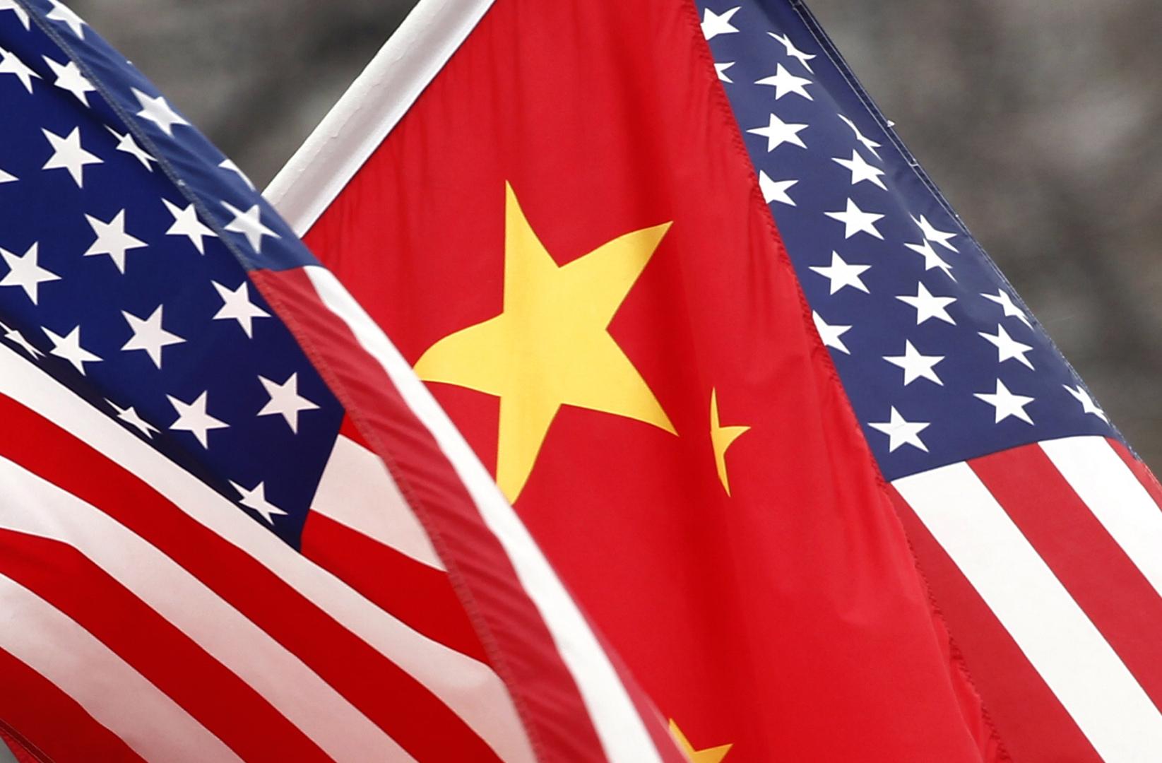 أعلام الولايات المتحدة والصين.