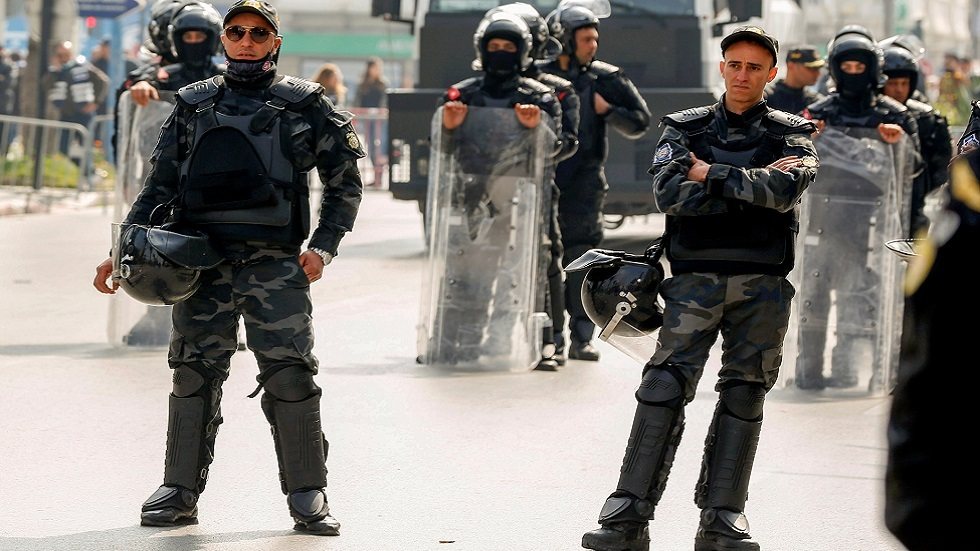 تونس.. الأمن يستخدم الغاز المسيل للدموع لمنع متظاهرين من اقتحام مقر ولاية تطاوين