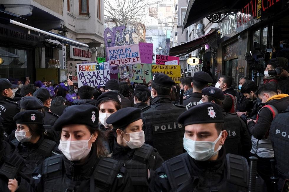 تركيا.. الشرطة تحتجز 13 في احتجاجات يوم المرأة العالمي بتهمة