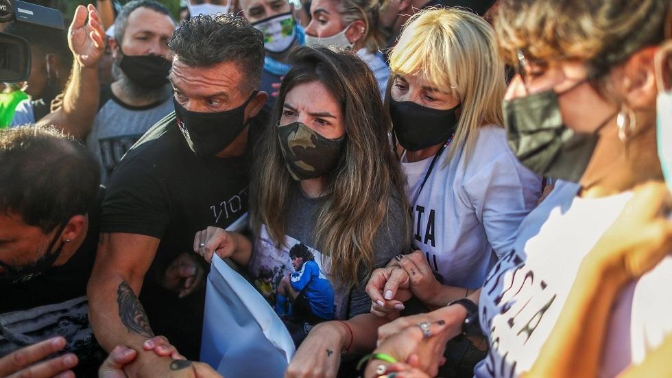 ابنتا مارادونا وزوجته السابقة يشاركن في تظاهرة