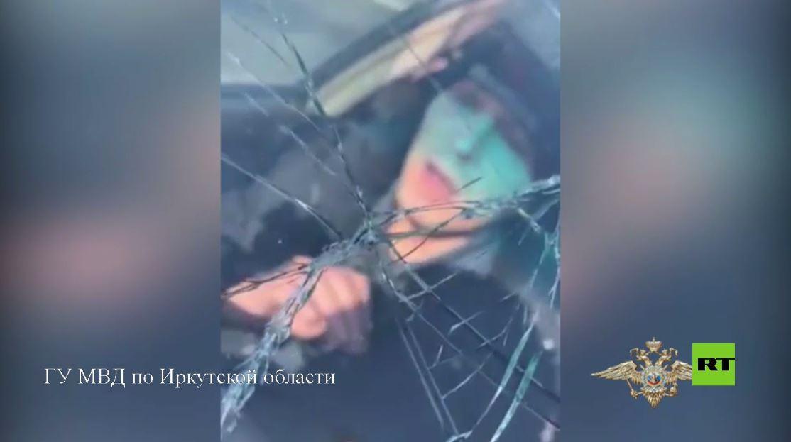 بالفيديو.. مطلوب يحاول دهس شرطي بسيارته أثناء هروبه