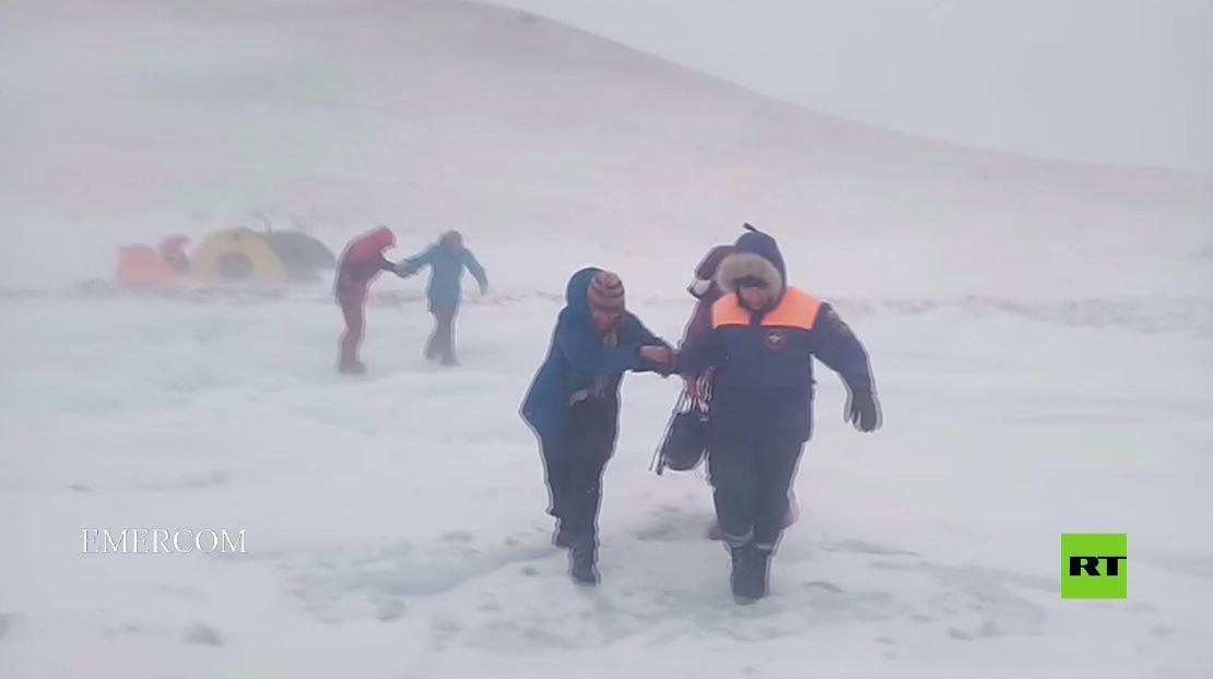 لقطات نادرة لعملية إنقاذ في عاصفة ثلجية