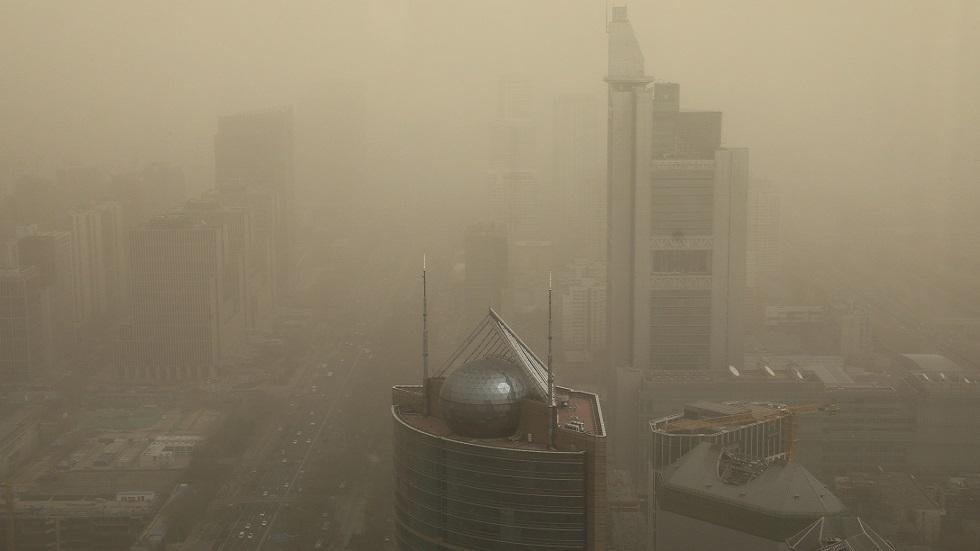 عاصفة رملية قوية تجتاح بكين (فيديو)