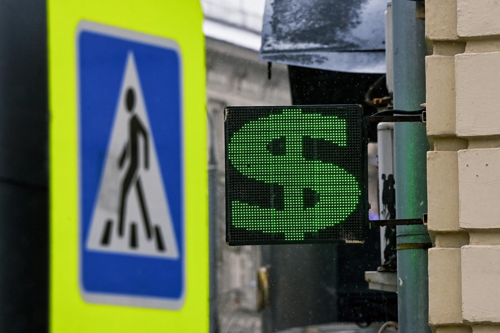 الروبل الروسي يعزز مواقعه أمام الدولار واليورو