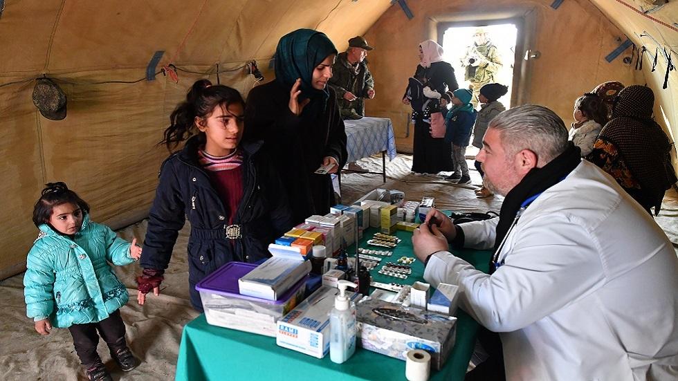 أطباء عسكريون روس يقدمون مساعدة لنازحين سوريين في ممر أبو الظهور الإنساني (صورة أرشيفية)
