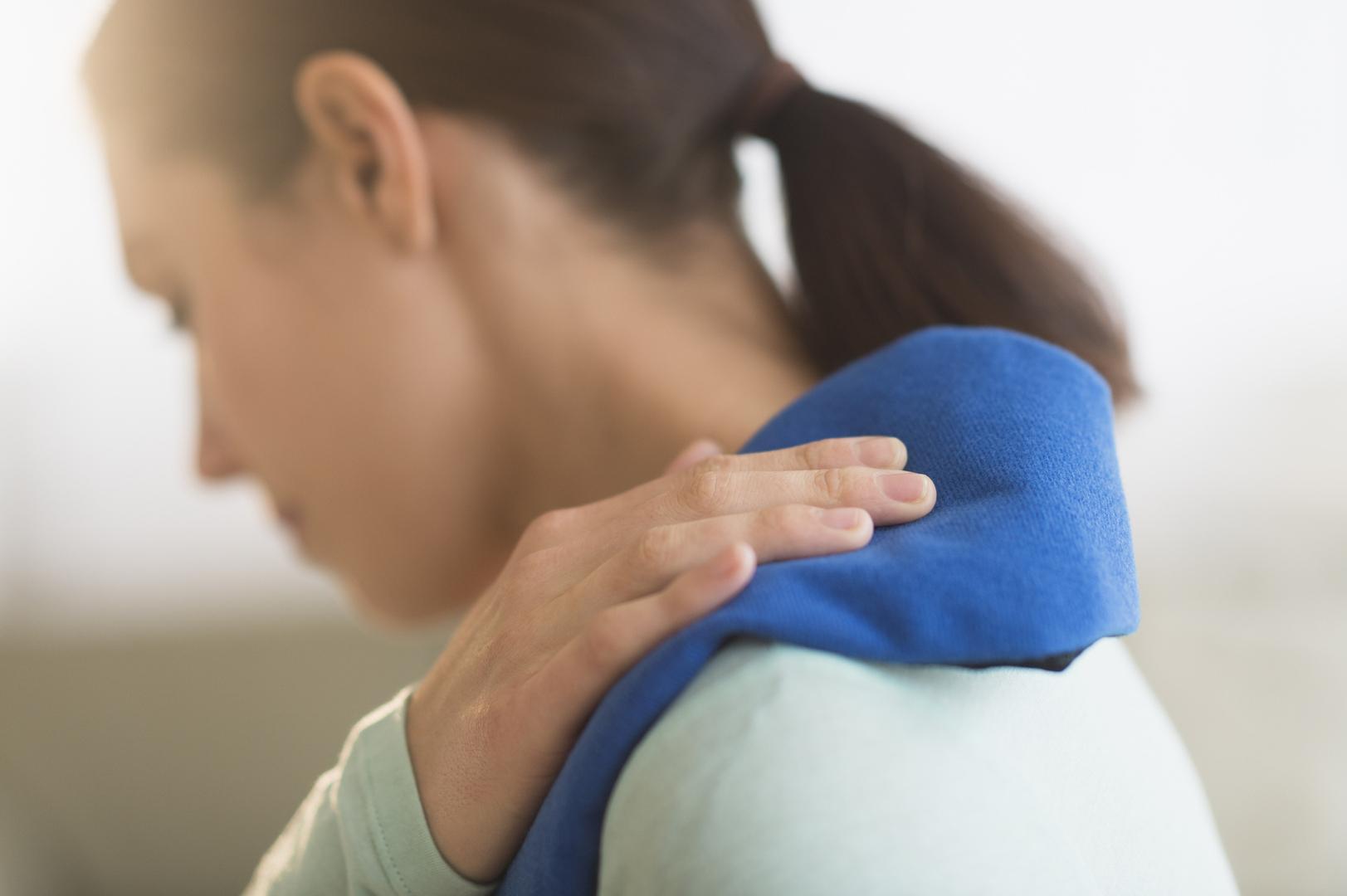 الألم بالقرب من لوح الكتف الأيمن قد يكون علامة على أحد أنوع السرطان