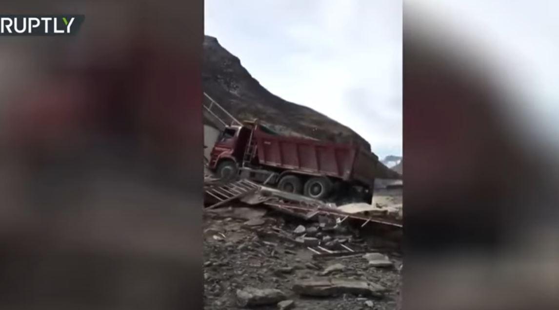 انهيار جسر لحظة مرور شاحنة جنوبي روسيا