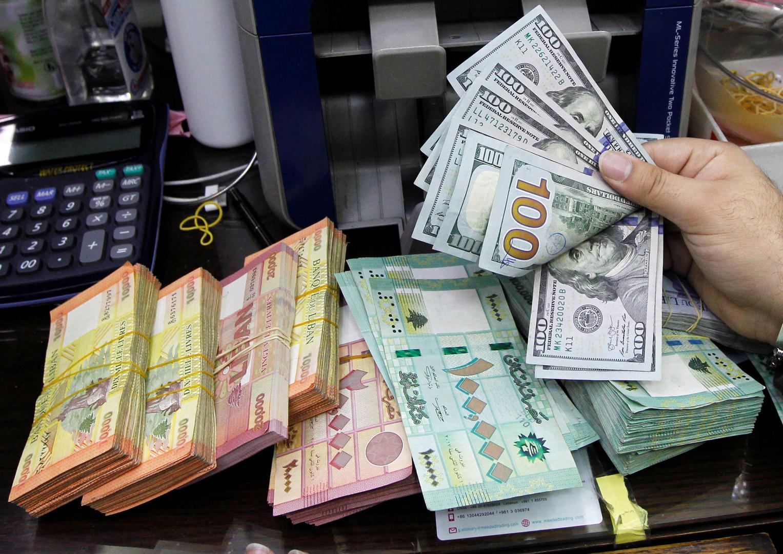 أوراق للعملات النقدية اللبنانية وأوراق نقدية من فئة المئة دولار