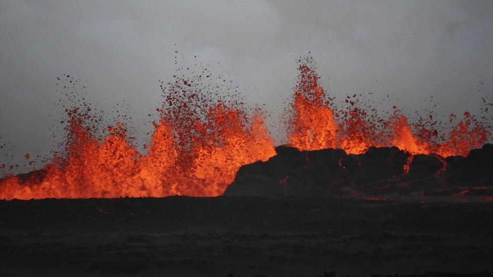 بركان يثور في جنوب غرب إيسلندا (صور)