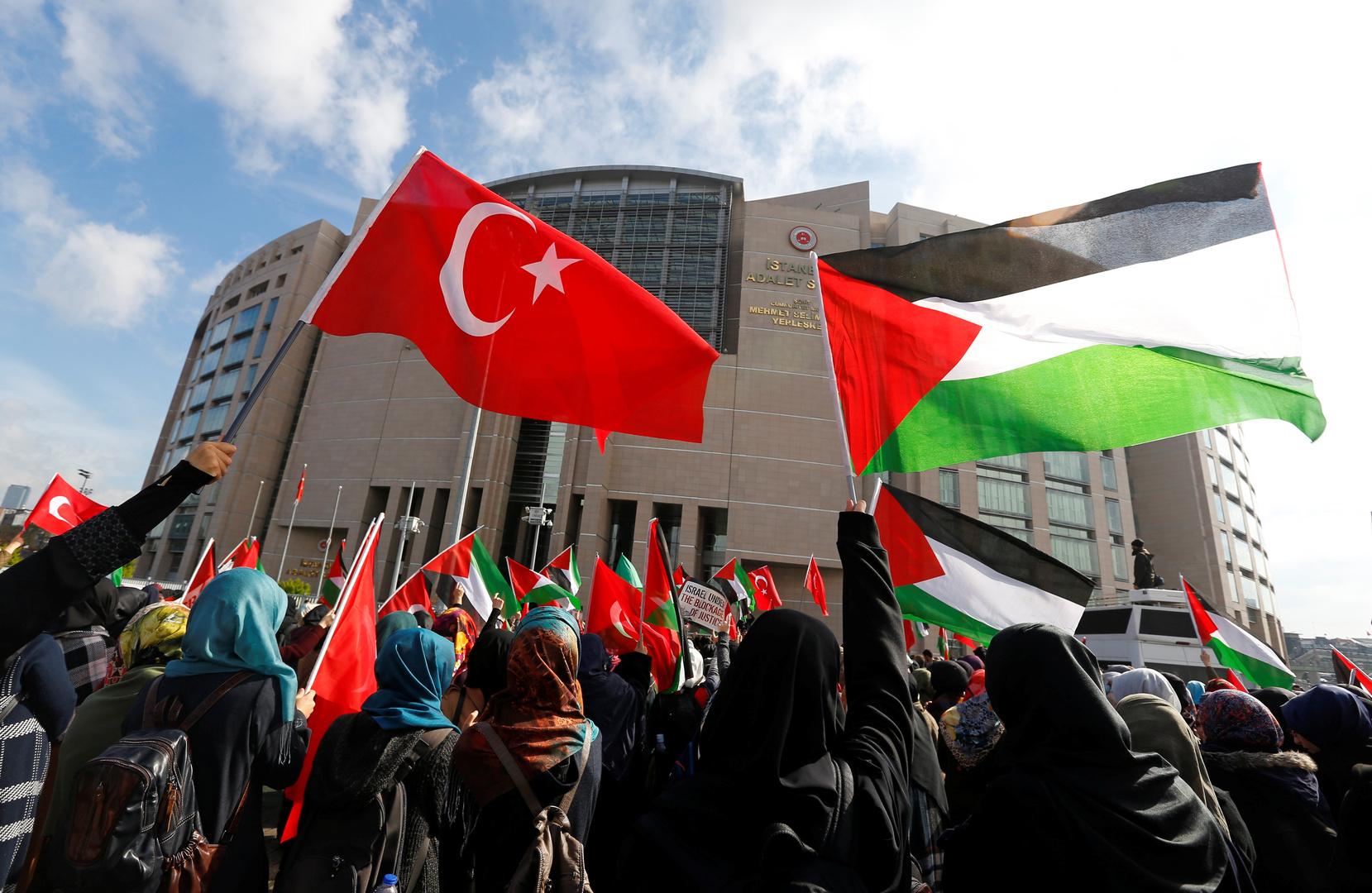 مواطنون يحملون الأعلام التركية والفلسطينية