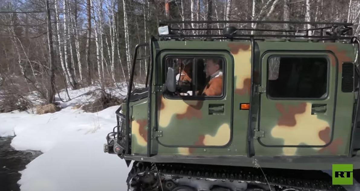 بوتين يقود مجنزرة مخصصة للمناطق الوعرة في سيبيريا