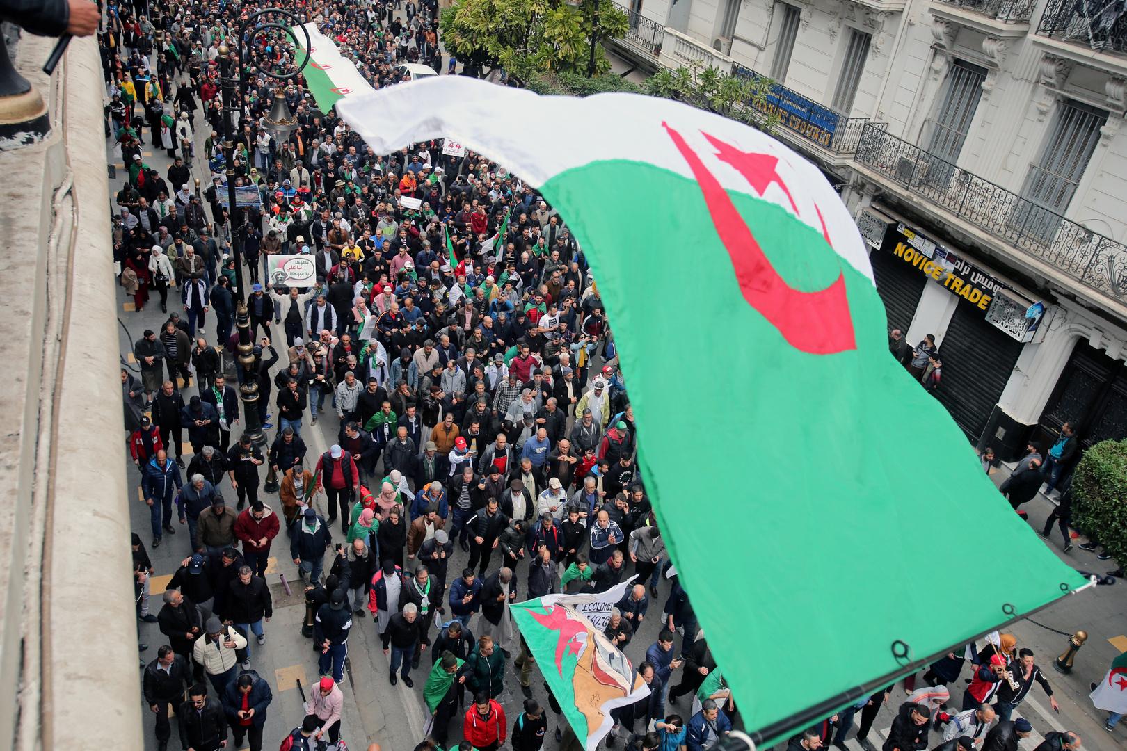 الجزائر..مذكرات توقيف دولية بحق دبلوماسي سابق وآخرين بتهمة