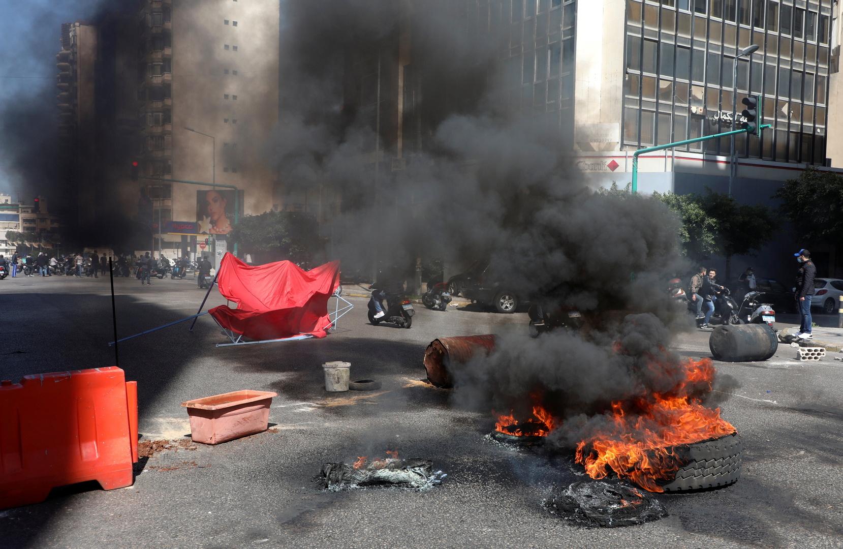 محتجون يقطعون عددا من الطرق في العاصمة بيروت