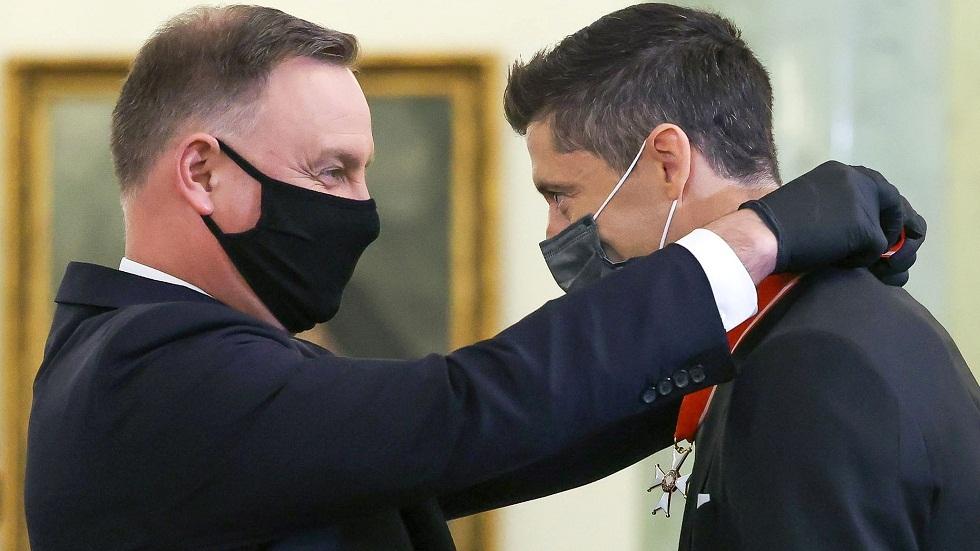 الرئيس البولندي يكرم ليفاندوفسكي (صور)