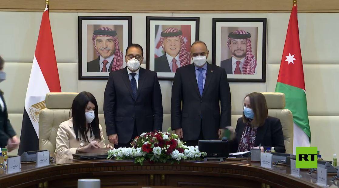 رئيسا وزراء مصر والأردن يوقعان على وثائق لتعزيز التعاون المشترك (فيديو)
