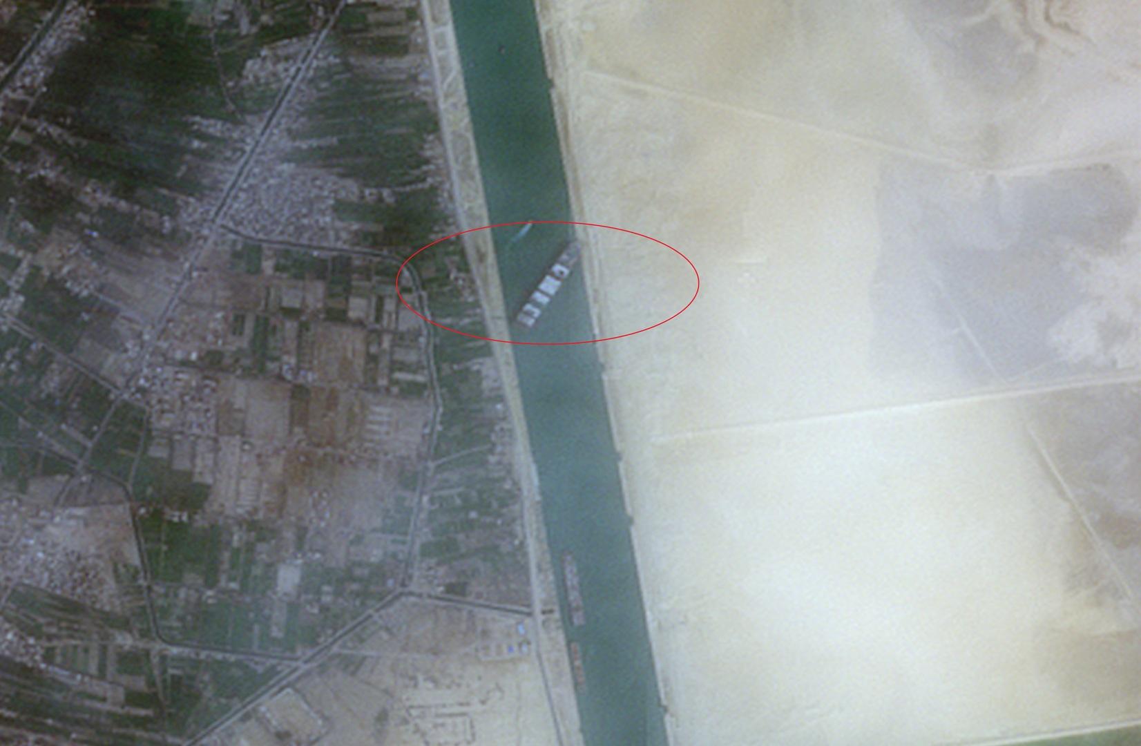 صور فضائية لسفينة الحاويات الجانحة في قناة السويس