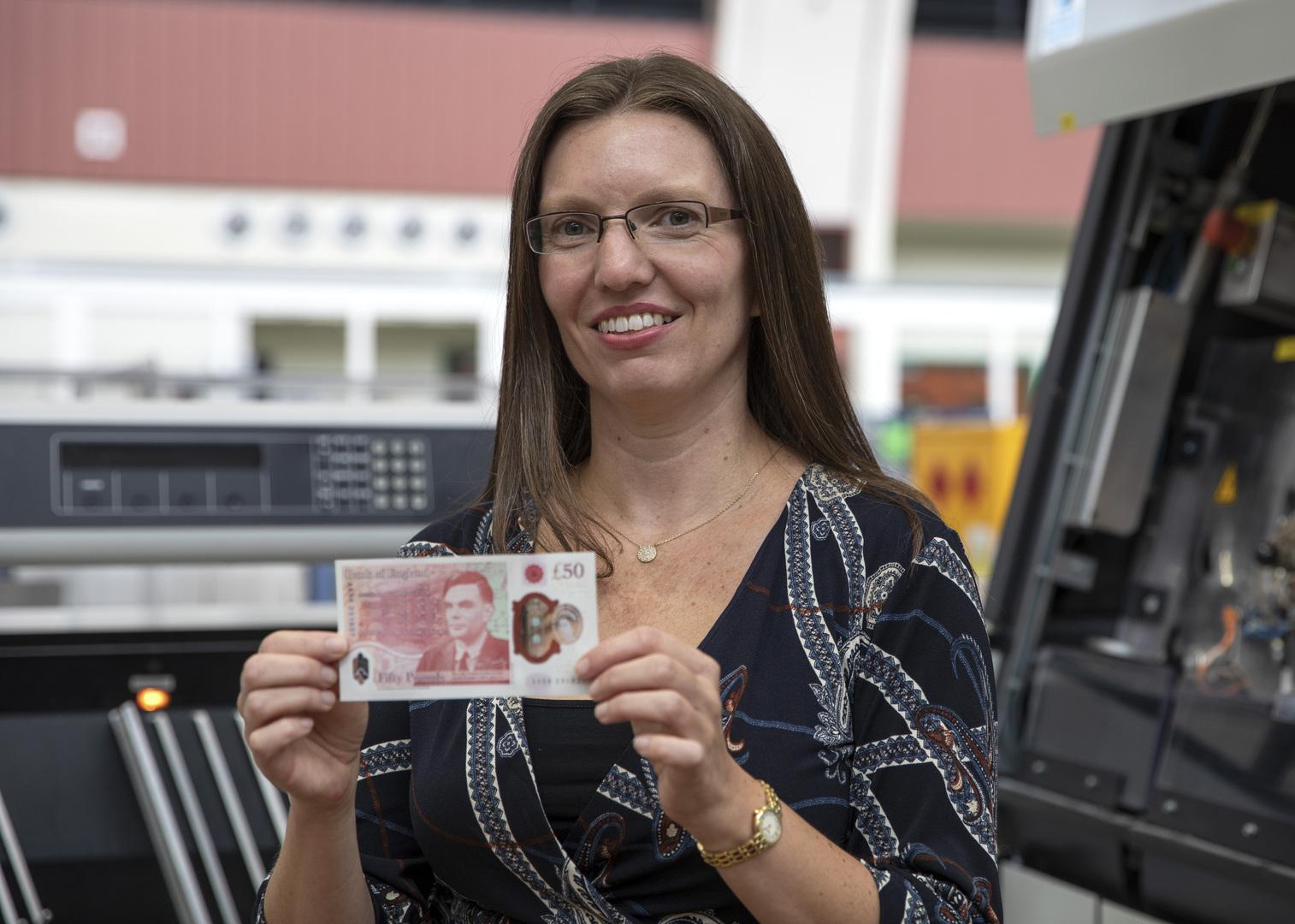 بريطانيا تكشف عن عملة ورقة نقدية جديدة عليها صورة عالم